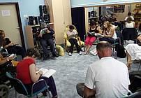 Udeleženci delavnice med branjem