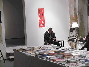 Anja Golob med branjem svoje poezije na knjižnem sejmu v Leipzigu 2015