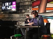 Maja Vidmar bere na lit. večeru v kavarni Cafe Korb