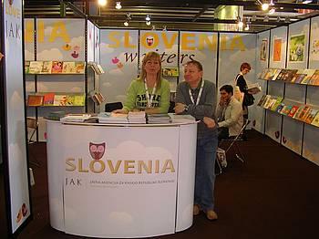 Janja Vidmar na slovenski stojnici na knjižnem sejmu v Bologni 2010