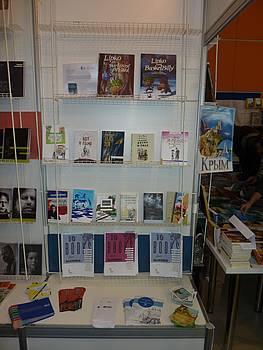 Police s knjigami na JAK stojnici na sejmu v Moskvi 2014