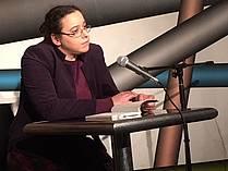 Veronika Dintinjana bere na lit. večeru v kavarni Cafe Korb