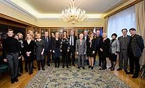 Podpisniki sporazuma o nastopu Slovenije kot častne gostje na Frankfurtskem knjižnem sejmu leta 2022 s predstavniki stanovskih organizacij in drugih povabljenih gostov.