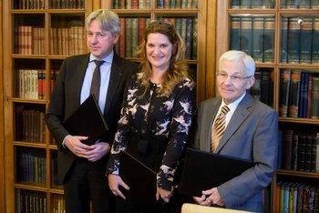 Direktor Frankfurtskega knjižnega sejma Juergen Boos, direktorica JAK Renata Zamida, minister za kulturo Anton Peršak