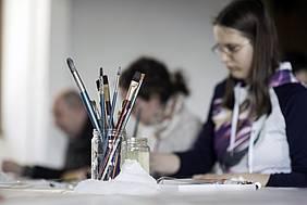 Udeleženka pri udeležbi likovne delavnice kot dela projekta »Vključujemo in aktiviramo!«, foto: Jana Jocif, JAK RS
