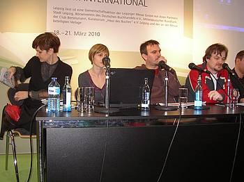 Renata Zamida (Air Beletrina), Vanja Pavlović (Booksa), Saša Ilić (Beton) in moderator Saša Ćirić na knjižnem sejmu v Leipzigu 2010