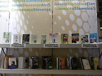 Polica s knjigami na JAK stojnici 2014