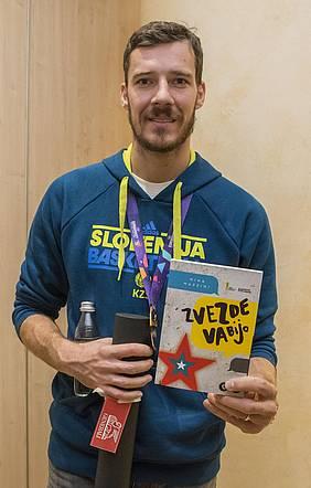 Goran Dragić s knjigo Zvezde vabijo Mihe Mazzinija