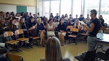 Suzana Tratnik nastopa pred dijaki 2014