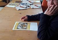 Udeleženec delavnice s knjižico Zgodba o zlatem zrnu