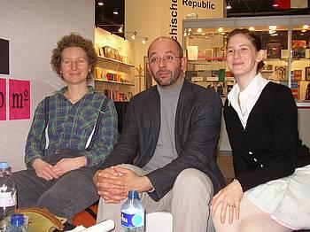 Vesna Lemaić, Peter Svetina in Nataša Kramberger na slovenski stojnici na knjižnem sejmu v Leipzigu 2010