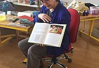 Tokrat nas je obiskala ilustratorka in umetnica Andreja Peklar. Z njeno slikanico brez besed o velikem ptiču Ferdu smo se spoznali že prej, toda Andreja nam je povedala, kako slikanice nastajajo. Naučila pa nas je, da lahko sporočamo tudi z »abstraktno« likovno podobo. Razgrnila je veliko polo papirja, nam dala v roke široke čopiče ter posode z barvo – in nekdo je začel »pripovedovati«, drugi pa smo mu sledili. Bilo je – barvito!