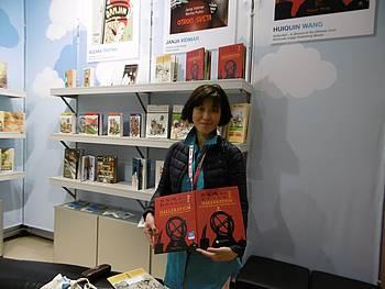 Huiqin Wang na slovenski stojnici na knjižnem sejmu v Bologni 2015