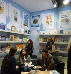 Obiskovalci slovenske stojnice na knjižnem sejmu v Bologni 2013